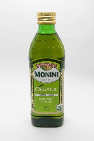 New York, 12/8/2019: Bottle of Monini extra virgin olive oil stands against white background. 免版税图像 - 138056055