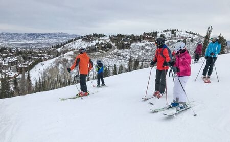 Park City, UT, 12/22/2019: Group of skiers stand at a mountain top at Deer Valley resort. 免版税图像 - 138056059