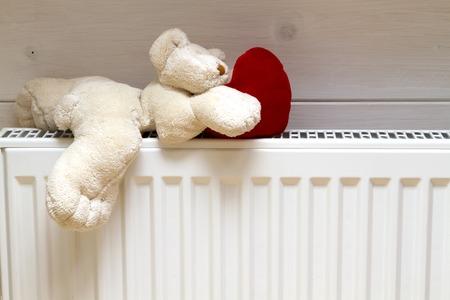 orsacchiotto con un cuore su una batteria Radiatore porta asciugamani ferro riscaldato