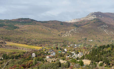 Gorgeous view of the high green mountains with houses Foto de archivo