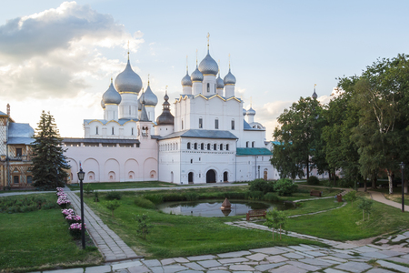 View of the Church of the Resurrection and the Assumption in the Kremlin of Rostov the Great Фото со стока - 77672227