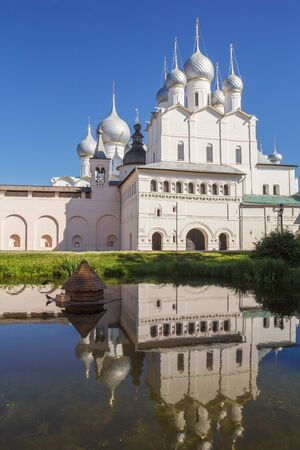 Church of the Resurrection with reflection in the pond in the Kremlin of Rostov the Great Фото со стока - 78049520