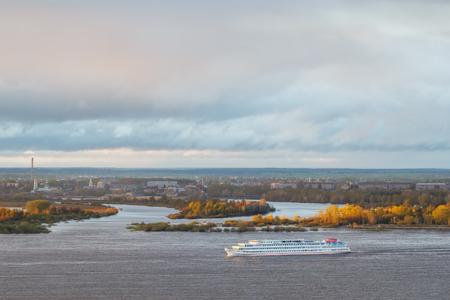 Het vierdeks schip gaat langs de Wolga bij zonsondergang