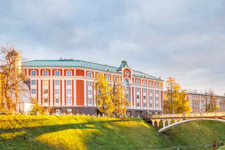 Costruzione dell'hotel in NiÅhnnij Novgorod all'autunno, Russia Archivio Fotografico - 94217700
