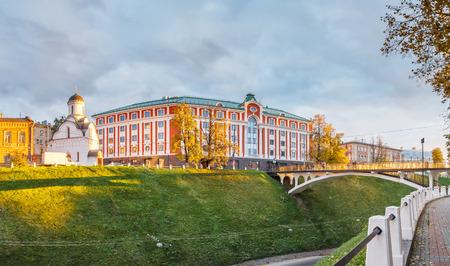 Hotel e cappella al tramonto in NiÅhnnij Novgorod all'autunno, Russia