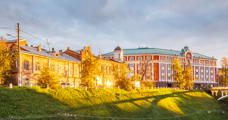 Via di Pozharsky in NiÅhnnij Novgorod al tramonto all'autunno, Russia