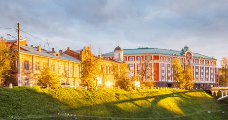 Via di Pozharsky in NiÅhnnij Novgorod al tramonto all'autunno, Russia Archivio Fotografico - 94216677