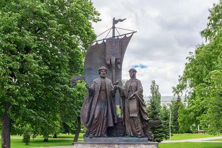 Samara city, Samara region/Russia - may 20 2019: Monument to Peter and Fevronia in the park Редакционное
