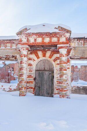 Podvyaze village, Nizhny Novgorod region/Russia - january 20 2019: The entrance to the ruined greenhouse of the estate of Priklonsky-Rukovishnikovs Редакционное