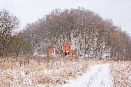 Podvyaze village, Nizhny Novgorod region/Russia - december 01 2019: The road to the river gates of the Priklonsky-Rukovishnikovs estate in winter Редакционное
