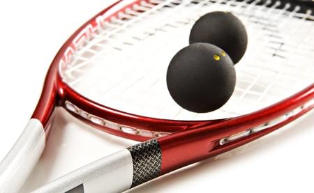 racket sport: Cerca de un rojo y plata calabaza raqueta y la pelota sobre un fondo blanco con espacio para texto Foto de archivo