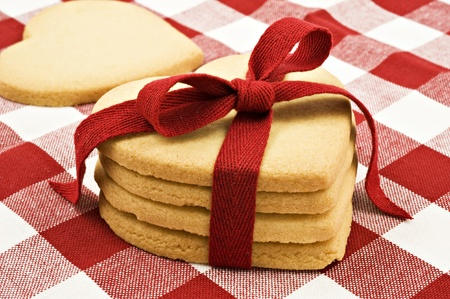 Heart shaped cookies with red ribbon on cloth Standard-Bild