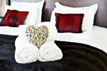 coussins: Pr�t pour les invit�s avec un �clairage chaleureux mou de la chambre � coucher Banque d'images