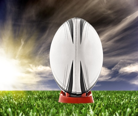 Rugby ball: Listo para ser expulsado en el campo de pelota de rugby Foto de archivo