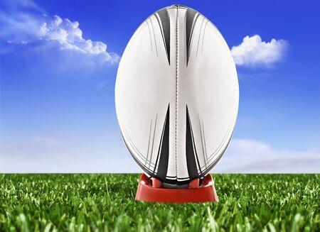 Rugby ball: Balón de rugby en el campo con el cielo y las nubes