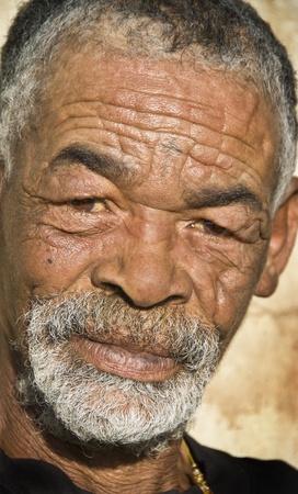 tribu: Anciano negro africano con cara plácida