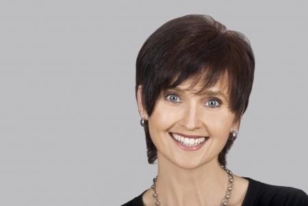 edad media: Retrato de una mujer sonriente feliz de cerca