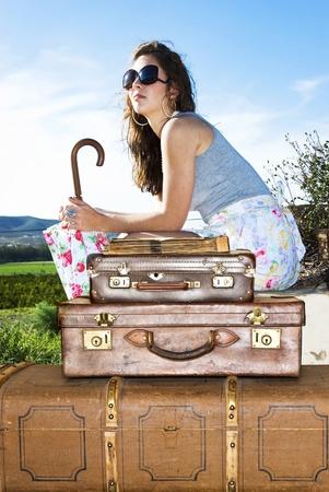 mujer con maleta: Joven con sus maletas de viaje