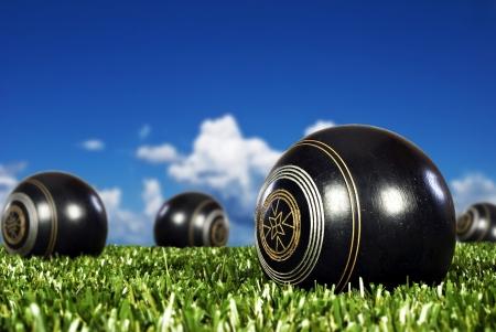 bolos: Cerca de bolas de bowling en un campo abierto de bolos