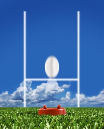 pelota de rugby: Pelota de rugby pateó con los puestos de trabajo en un campo de rugby mostrando movimiento Foto de archivo