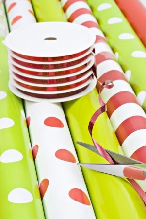 paper curl: Los rollos de papel de regalo y rollos de cinta