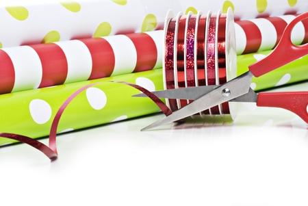 Rollen van cadeaupapier en rollen van het lint