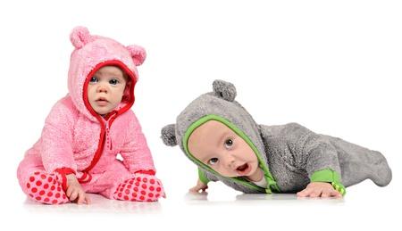 gemelos ni�o y ni�a: Seis meses hermano gemelo y su hermana en el fondo blanco Foto de archivo