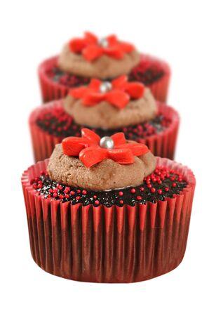 decoracion de pasteles: Delicioso chocolate con pastelitos en rojo Foto de archivo