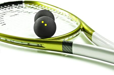 racquetball: Verde y plata raqueta de squash y la bola sobre un fondo blanco con el espacio para el texto