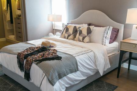 #81472405   Frauenhüte Und Viele Kissen Auf Dem Bett Im Warmen Schlafzimmer