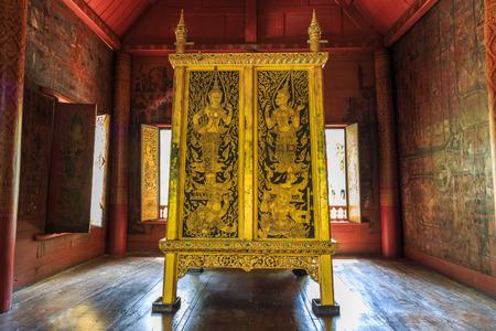 バンコク, タイ王国 - 2017 年 8 月 14 日: 古代黄金と黒古い大蔵経キャビネットまたはワット Rakang における仏教経典のコレクションにおける仏教経典。 写真素材 - 84694231