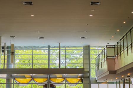 Soffitto e pareti in vetro e mezzanino nella hall. Archivio Fotografico