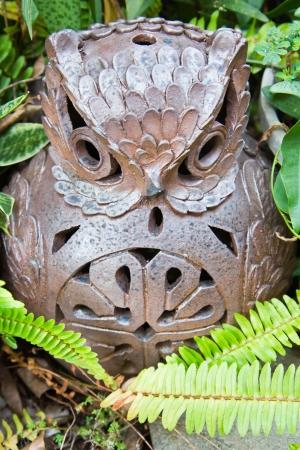 búho de cerámica en el jardín Foto de archivo - 20326646