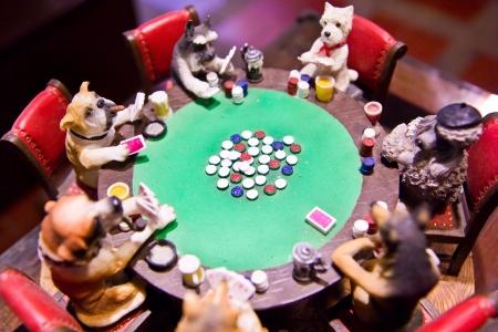 dog models around poker table Zdjęcie Seryjne