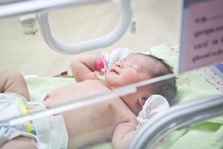 hospitales: primer d�a del asi�tico beb� reci�n nacido en el cuidado de la incubadora en la guarder�a