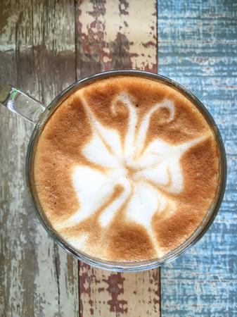 silhouette papillon: forme de papillon de café latte art sur fond de bois Banque d'images