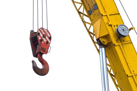 crane parts: Un cami�n rojo conectar un cable de la gr�a