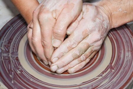 Einbuchtung: Einzug der Daumen mitten in der der Ball Clay bildete einen Ring mit dicken Mauern, die nach und nach zwischen den gro�en und dem Rest der Hand mit Fingern, Drehen in einem Zylinder gespannt. Lizenzfreie Bilder