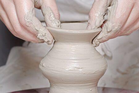 alfarero: Fabricación de cerámica hechas de arcilla blanca en una rueda de alfarero popular  Foto de archivo