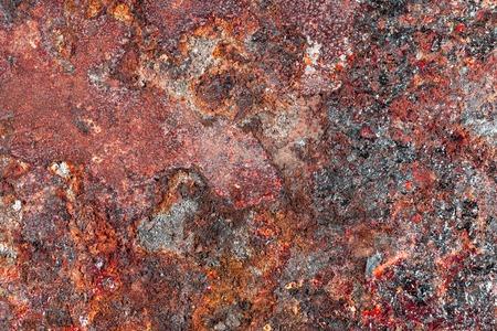 precipitación: la corrosión de fondo. manchas de óxido en el metal de hoja, el impacto de las precipitaciones atmosféricas