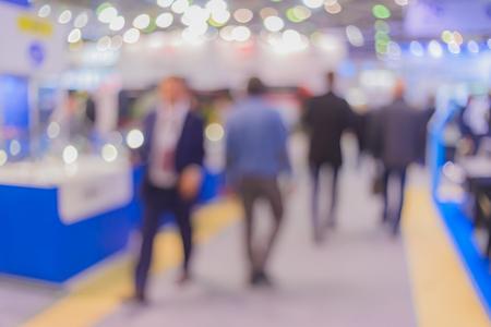 背景をぼかし。インテリア、照明の様々 な展覧会のビジネス人々。ボケ味を生成する特殊なレンズで撮影。