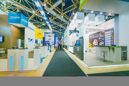 """MOSKOU, RUSLAND, Expocentre - MEI 15-19, 2017: 18e internationale gespecialiseerde tentoonstelling """"Uitrusting, instrumenten en gereedschappen voor de metaalbewerkingsindustrie"""". Mensen houden zakelijke bijeenkomsten bij stands"""