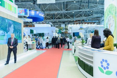 """Moskou, Rusland, Expocenter VDNH - 4-7 OKTOBER, 2017: Russische agro-industriële tentoonstelling """"Gouden herfst"""". Zakelijke stand fabrikanten van landbouwproducten - hoge activiteit van de bezoekersbeurs"""