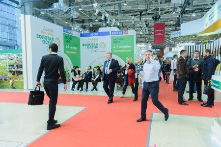 """Moskou, Rusland, Expocenter VDNH - 4-7 OKTOBER, 2017: Russische agro-industriële tentoonstelling """"Gouden herfst"""". Zakelijke stand fabrikanten van landbouwproducten - hoge activiteit van de bezoekersbeurs Redactioneel"""