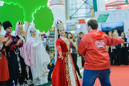 exposición: Moscow, Russia, Expocenter VDNH - OCTOBER 4-7, 2017: Russian agro-industrial exhibition Golden autumn. Business stand Kabardino-Balkar Republic. Dance Lezgin entertainment of visitors to the show