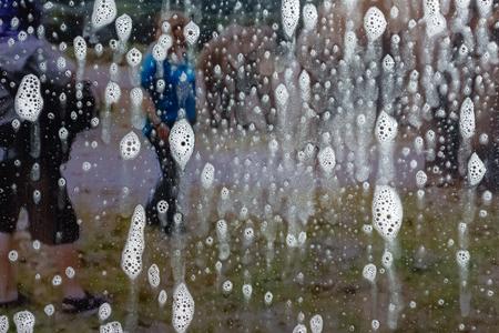 Background wet- raindrop realistic. Water splash shower- bad weather. Window- soap foam. Rainwater- liquid splash abstract 版權商用圖片 - 120333360