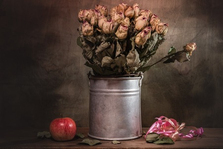 Stilleven decoratief-bloem mooi boeket. Houten achtergrond. Stockfoto