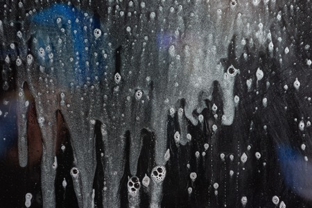 Background wet- raindrop realistic. Water splash shower- bad weather. Window- soap foam. Rainwater- liquid splash abstract 版權商用圖片 - 122060733