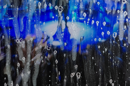 Background wet- raindrop realistic. Water splash shower- bad weather. Window- soap foam. Rainwater- liquid splash abstract 版權商用圖片 - 122060974