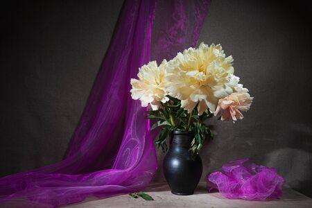 Nature morte de pivoines. Saison de floraison printanière. Fond- draperie en tissu. Concept d'art-décoration Banque d'images